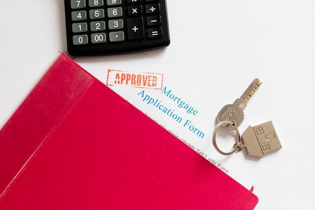 Papiery hipoteczne i klucz na stole