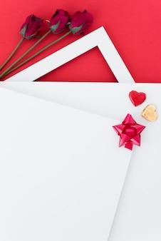 Papiery z ornamentem serca i łuk w pobliżu kwitnie
