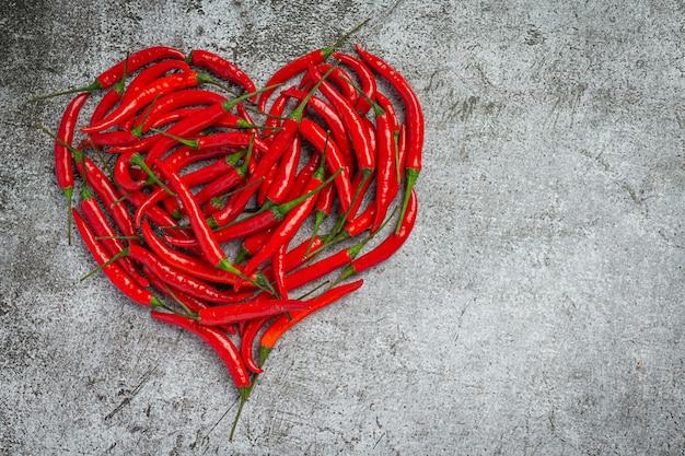 Papryczka chili na ciemnej powierzchni