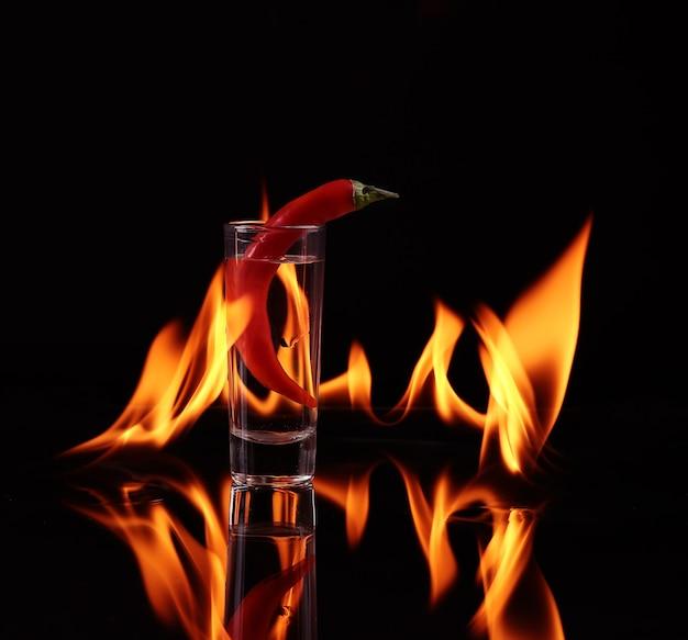 Papryczka chili w kieliszku z ogniem na czarno