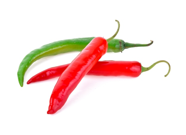 Papryczki chili na białym tle