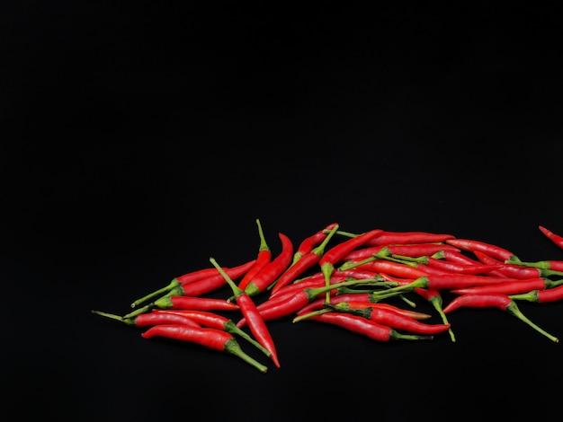 Papryczki chili na czarnym tle