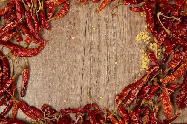 Papryczki chili na stole. ramka chili do miejsca na kopię.