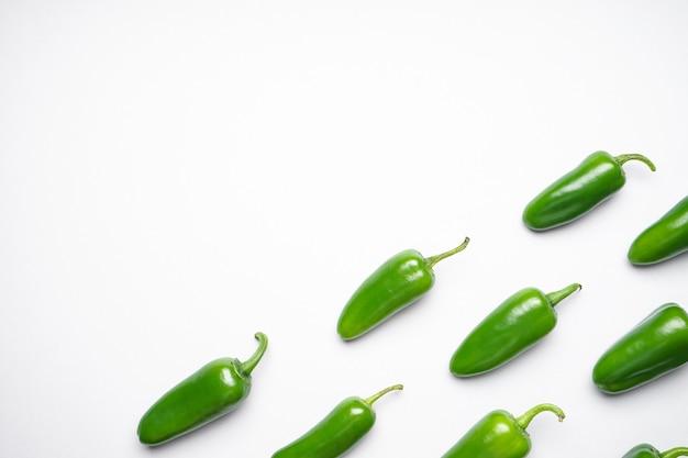 Papryczki jalapeno chili, na białym tle, miejsca na tekst.