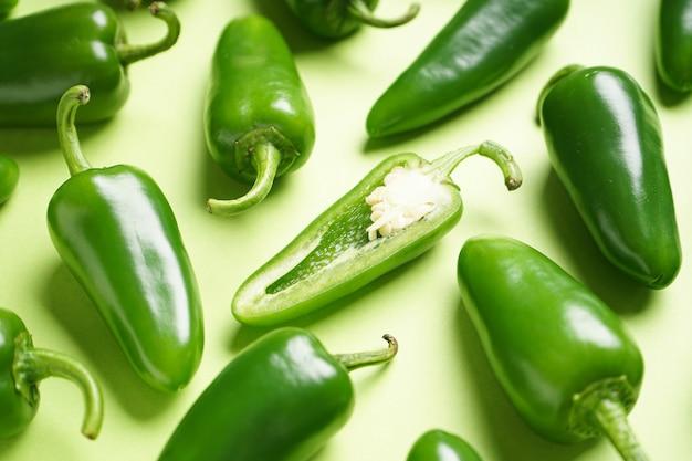 Papryczki jalapeno chili, na zielonym tle, leżał płasko. zbliżenie.