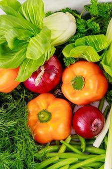 Papryka, cebula i zielone warzywa. ścieśniać.