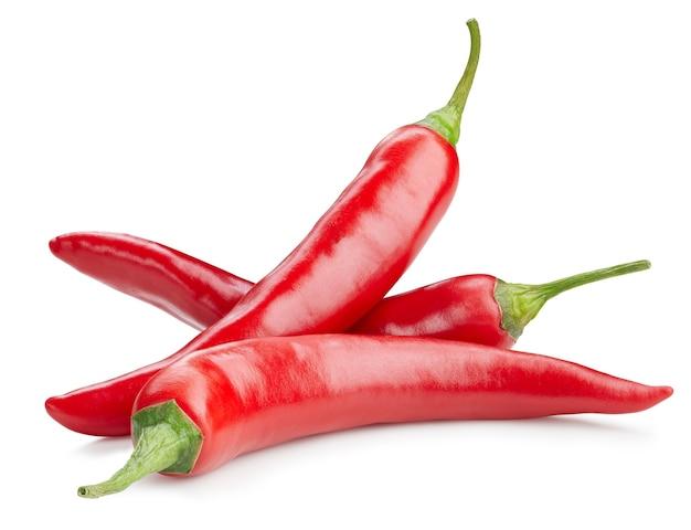 Papryka chili na białym tle na białym tle. ścieżka przycinająca ostra papryka chili. grupuj papryczki chili