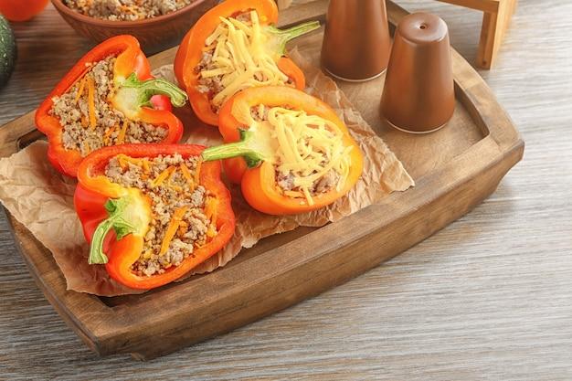 Papryka faszerowana komosą ryżową na stole w kuchni