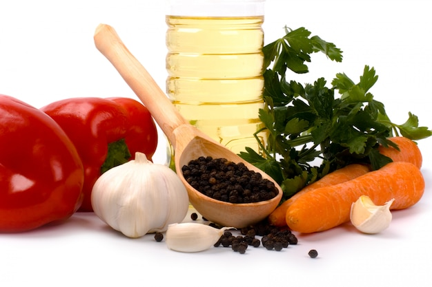 Papryka, marchew, pietruszka, czosnek, czarny pieprz i olej zbliżenie