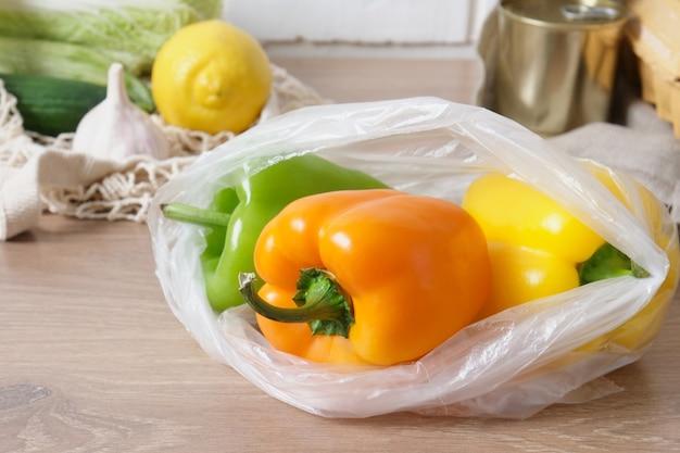 Papryka w plastikowej torbie na drewnianym stole w kuchni