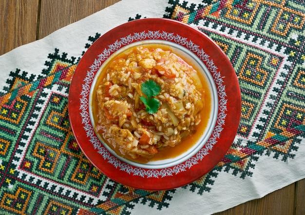 Paprykarz szczeciński. pasta polska wykonana przez, mieszanie pasty rybnej z ryżem, cebulą, koncentratem pomidorowym, olejem roślinnym, solą i mieszanką przypraw