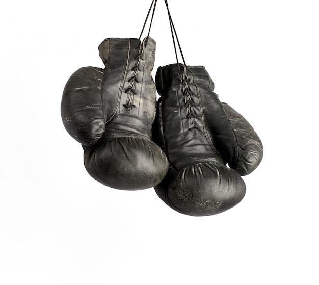 Para bardzo starych, czarnych skórzanych rękawic bokserskich