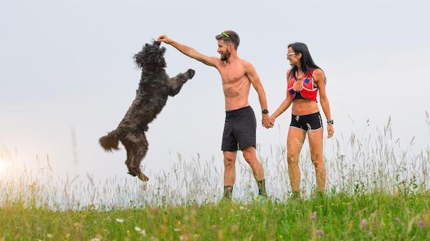 Para bawi się z psem w naturze