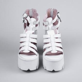 Para białych butów na wysokim obcasie