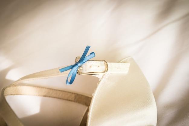 Para białych butów ślubnych dla kobiet