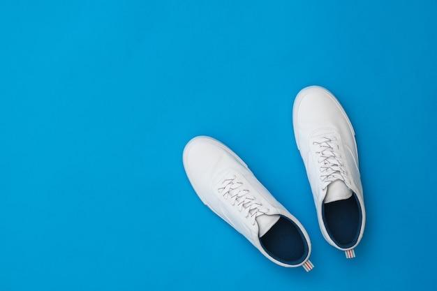 Para białych sportowych butów