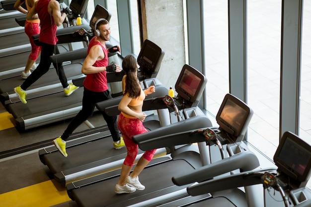 Para biegać na bieżniach na siłowni