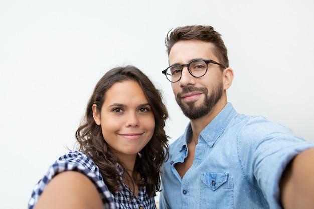 Para bierze selfie i ono uśmiecha się przy kamerą