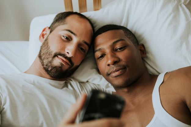 Para bierze selfie w łóżku