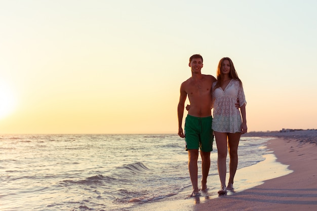 Para bierze spacer na plaży