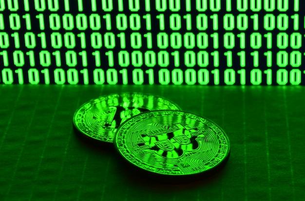 Para bitcoinów leży na kartonowej powierzchni