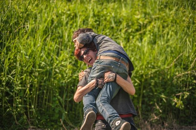 Para braci walczy o zwierzynę w parku