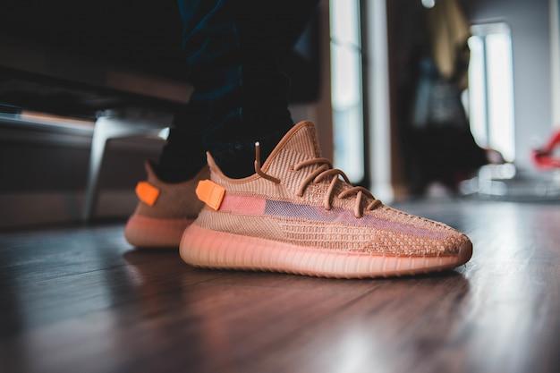 Para brązowych butów z niskim stanem