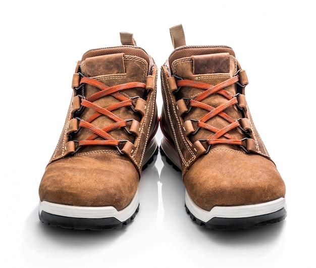 Para brown sneakers odizolowywający na białym tle