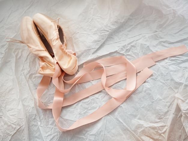 Para butów baletowych na powierzchni grunge