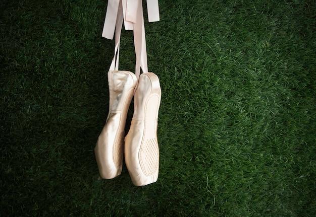 Para butów baletowych z różowej satyny