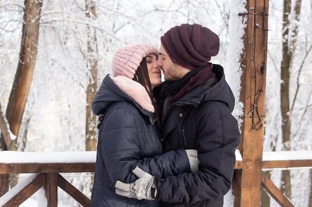 Para całuje na zaśnieżonej ulicy w zimie