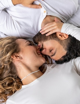 Para całuje się w łóżku w domu