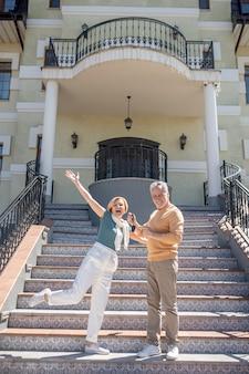Para chwaląca się swoim nowym zakupem na luksusowej klatce schodowej