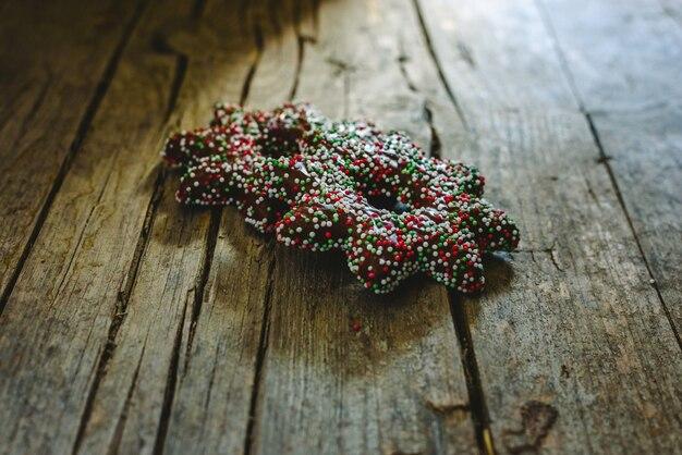 Para ciasteczek zanurzonych w czekoladzie i dodatków w kształcie gwiazdy świątecznej.