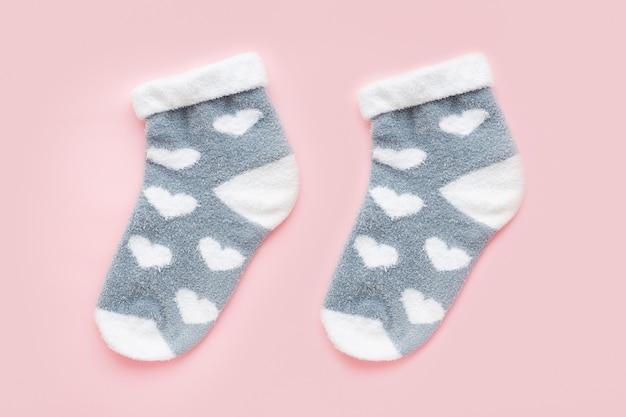 Para ciepłych zimowych skarpetek damskich z nadrukiem w kształcie serduszka na różowym tle. prezent na walentynki