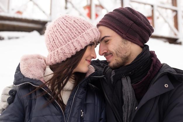 Para ciesząc się dniem w mroźną zimę