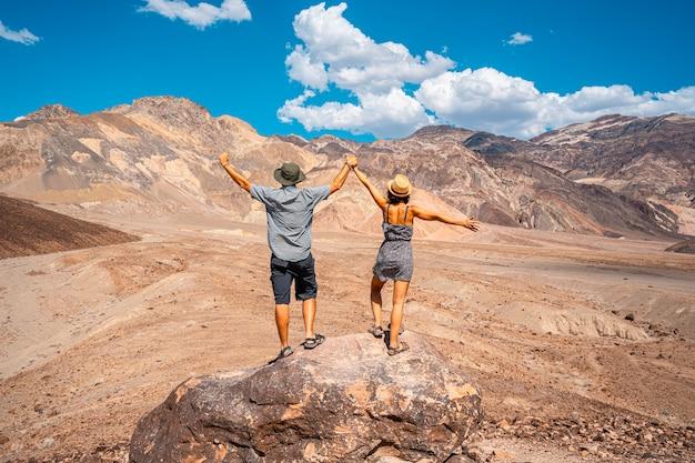 Para ciesząca się ścieżką artist's drive w death valley w kalifornii. stany zjednoczone