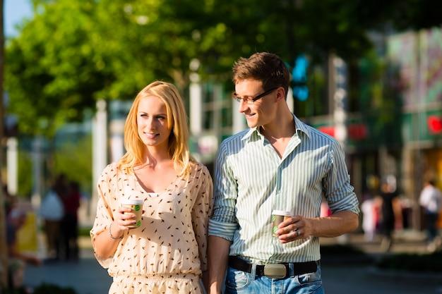 Para cieszy się kawę przy lunchem lub przerwą
