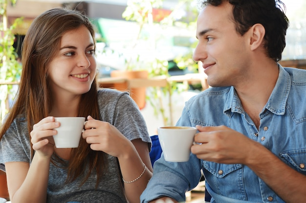 Para cieszy się kawę przy sklep z kawą