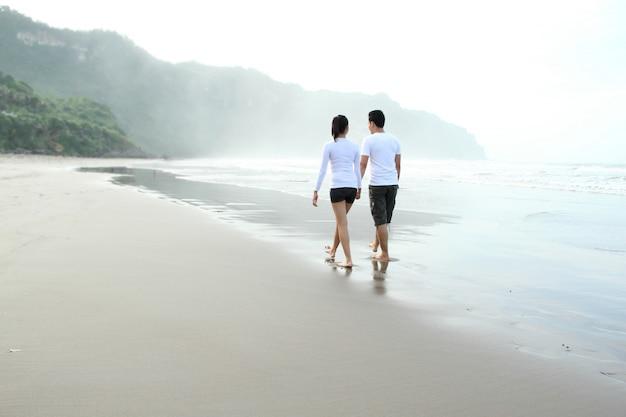 Para cieszy się wakacje na plaży