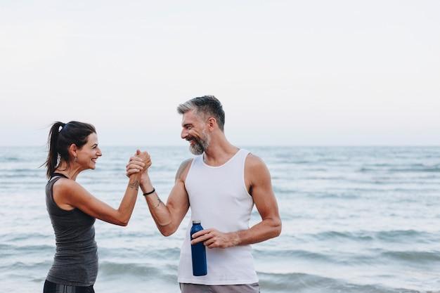 Para ćwiczy przy plażą