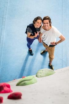 Para ćwiczy przy wspinaczkowym gym