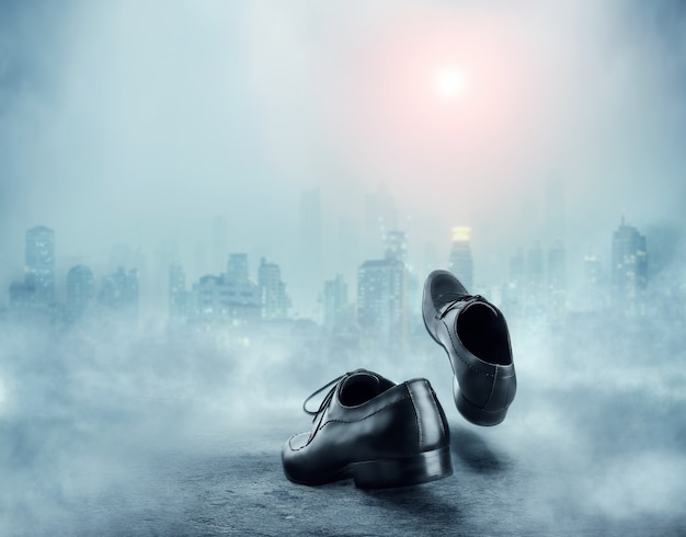 Para czarnych klasycznych butów męskich jedzie do miasta