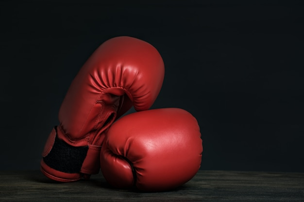 Para czerwonych rękawic bokserskich na czarno
