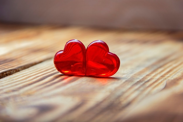 Para czerwonych serc na widok z góry vintage drewniany stół. kartkę z życzeniami saint valentines day.