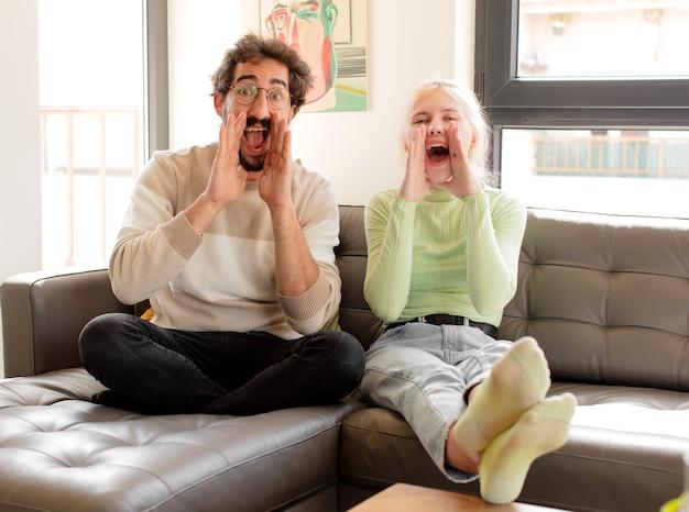 Para czuje się szczęśliwa, podekscytowana i pozytywna, wydając wielki okrzyk z rękami przy ustach, wołając