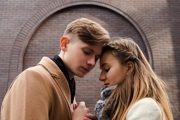 Para czułość spokój spokój. zmysłowy uścisk. młoda miłość. nastoletni romantyczny związek
