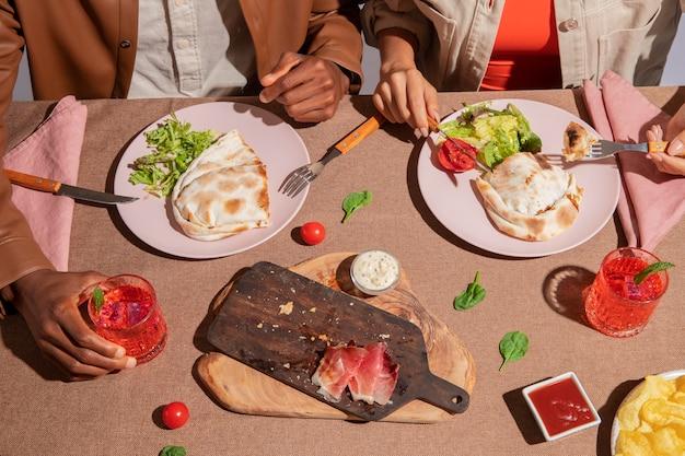 Para delektująca się pysznym włoskim jedzeniem?