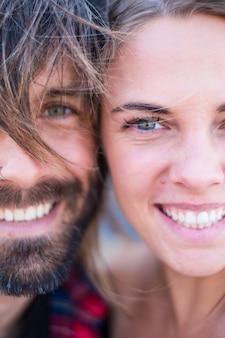 Para dwojga dorosłych oraz pięknych i atrakcyjnych ludzi patrzących w kamerę - portret i zbliżenie kobiety i mężczyzny uśmiechających się w pobliżu