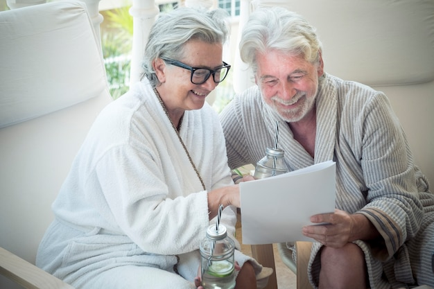 Para dwojga seniorów na wakacjach razem wybierających zabieg z menu ośrodka ot hotelu - masaże i nie tylko - emeryci razem
